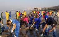 Во Мумбаи се случува најмасовното чистење на плажа од пластичен отпад