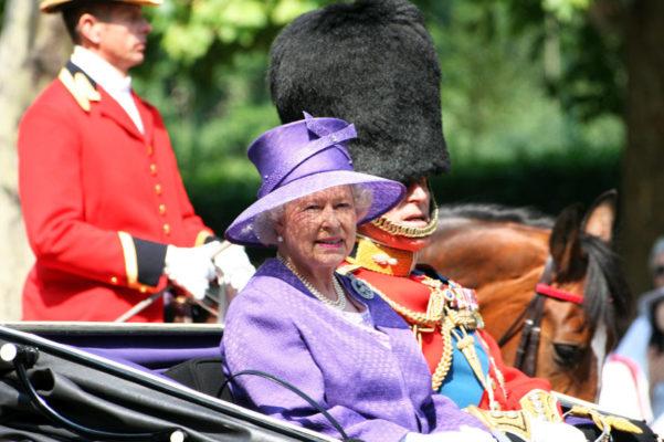 Кралицата Елизабета Втора забрани употреба на пластични шишиња и сламки во кралските палати