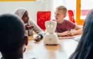 Роботот AV1 им помага на болните деца да ја следат наставата