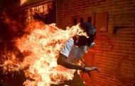 """""""Демонстрант во пламен"""" е најмоќната фотографија на годината"""