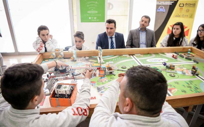 Премиерот Заев и директорот на ФИТР Деспотовски на средба со македонските ученици-иноватори кои ќе се натпреваруваат во САД