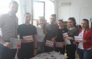 Штипските гимназијалци кои смислија маска за телефон за лица со Рејнаудов синдром добија стипендии за студирање од Американ Колеџ Скопје