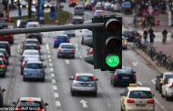 Паметни семафори во Велика Британија им кажуваат  на возачите со која брзина да возат за да ги фатат сите зелени светла