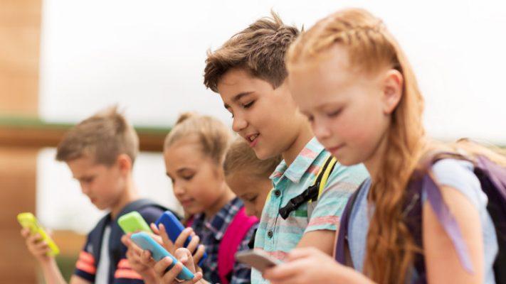 Франција и официјално забрани употреба на мобилни телефони во основните училишта