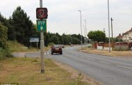 Во Англија се тестираат паметни сообраќајни знаци кои детектираат кога користите мобилен телефон додека возите
