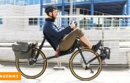 Велосипед кој наместо да го возите исправени, седите како на стол