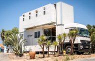 Камионот Truck Surf Hotel се претвора во хотел со притискање на копче