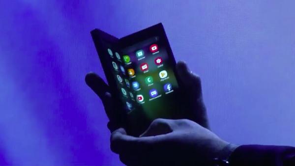 "Промовиран ""Infinity Flex"", Samsung смартфон ""на преклоп"""
