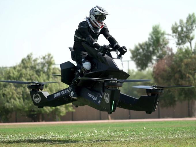 ВИДЕО: Полицијата во Дубаи почна да ги тестира летачките моторцикли