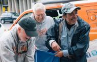 Добротворна организација на бездомниците им дава бесплатно бањање и им ги пере алиштата