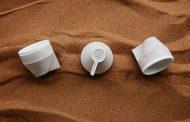 Компанија од Дубаи направи шолји за кафе од пустински песок
