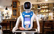 Во кафуле во Будимпешта роботи служат пијалаци и разговараат со гостите