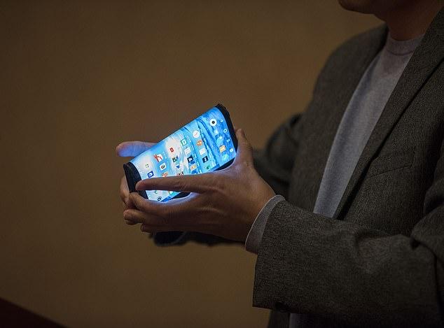 Royole го претстави првиот еластичен телефон во светот кој е готов за продажба