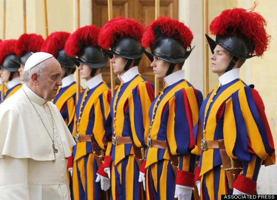 Гардата на папата ги замени железните кациги со 3Д печатени
