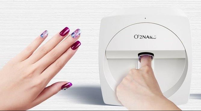 ВИДЕО: Повеќе не мора да трошите пари во салон – со овој принтер сами ќе си испечатите дезен на ноктите