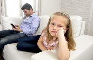 Децата и родителите кои користат смартфони поминуваат повеќе време заедно, но многу помалку разговараат