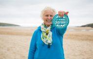 Седумдесетгодишна баба исчисти 52 плажи за една година!