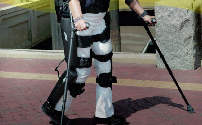 Роботизиран егзоскелет им овозможува на луѓето во инвалидска количка повторно да застанат на нозе