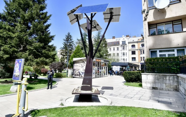Во Сараево поставени првите соларни дрва кои осветлуваат и служат како полначи
