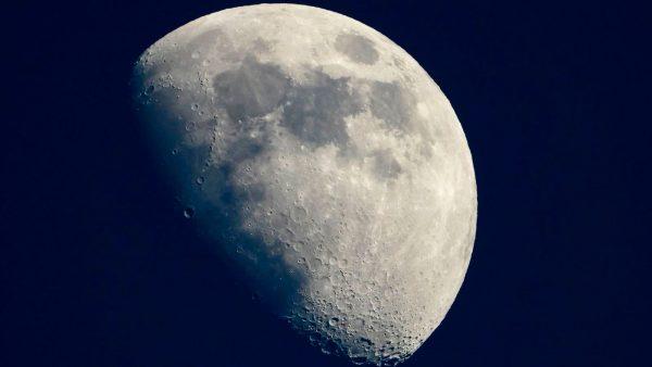 Научниците дадоа одговор зошто се намалува Месечината!