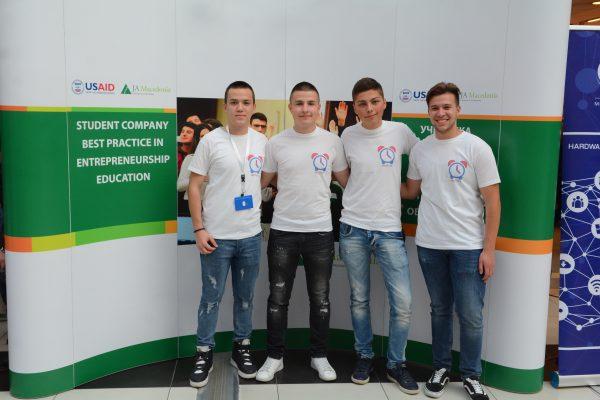 """""""Smart Pill Box"""" производот на средношколци од Кочани патува на натпреварот на Џуниор Ачивмент Европа во Франција"""