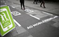 Во Манчестер поставена првата пешачка патека за луѓе кои користат телефон додека се движат