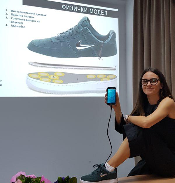 Паметните влошки за патики на студентката Франка Граждани од Машински факултет полнат мобилен додека чекорите
