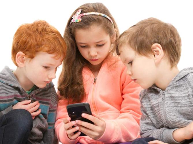 Поради телефоните децата стануваат депресивни, нервозни и помалку спијат