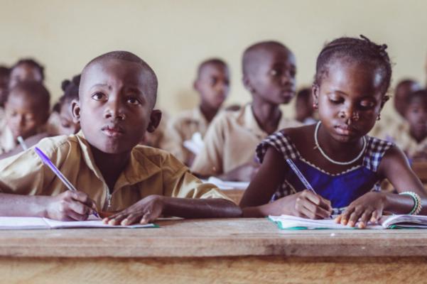 Брегот на Слоновата коска гради училишта од пластичен отпад